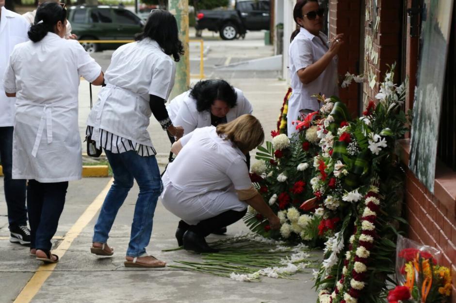 Los simpatizantes de Fidel Castro portaron ropa blanca durante el homenaje. (Foto: Alejandro Balán/ Soy502)