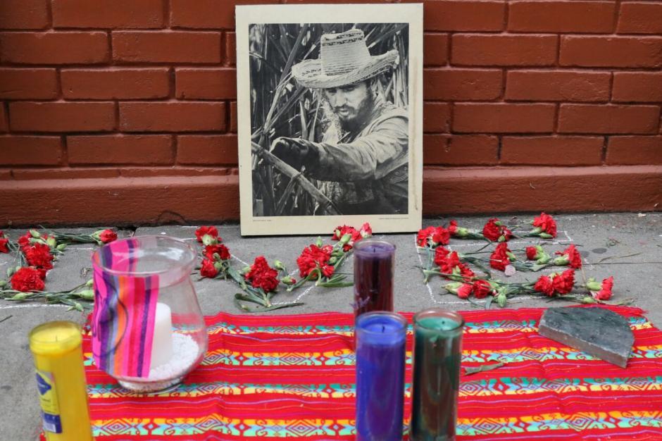 Los simpatizantes llevaron velas para homenajear a Fidel Castro. (Foto: Alejandro Balán/ Soy502)
