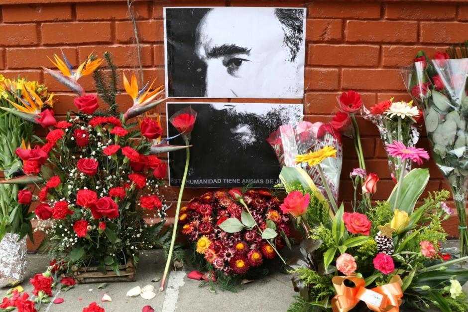 Los simpatizantes de Fidel Castro llevaron flores y fotografías para homenajear a Fidel Castro. (Foto: Alejandro Balán/ Soy502)