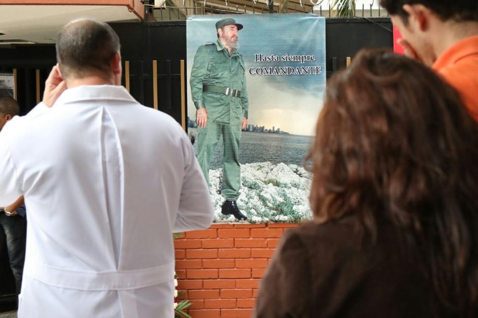 Un grupo de personas llevó flores y fotografías de Fidel Castro a la Embajada de Cuba. (Foto: Alejandro Balán/ Soy502)