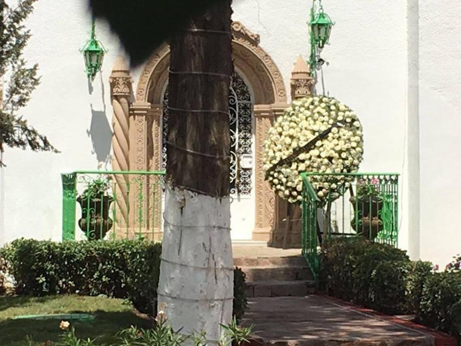 Los arreglos florales que los artistas envían al cantautor están a las puertas. (Foto: Univision)