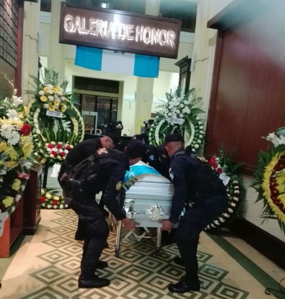 Varios agentes de la PNC participan en las honras fúnebres del elemento que fue atropellado. (Foto: PNC)