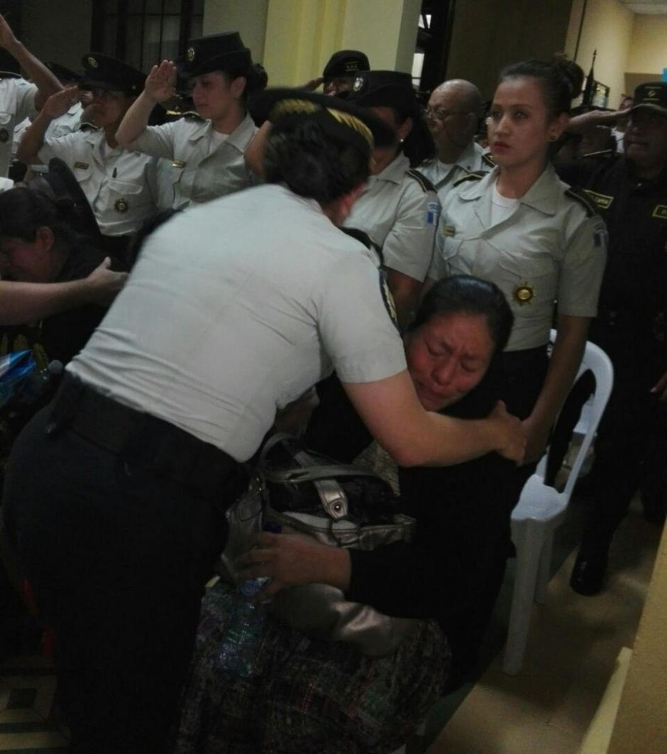 Las autoridades dieron el pésame a la familia del agente muerto. (Foto: PNC)