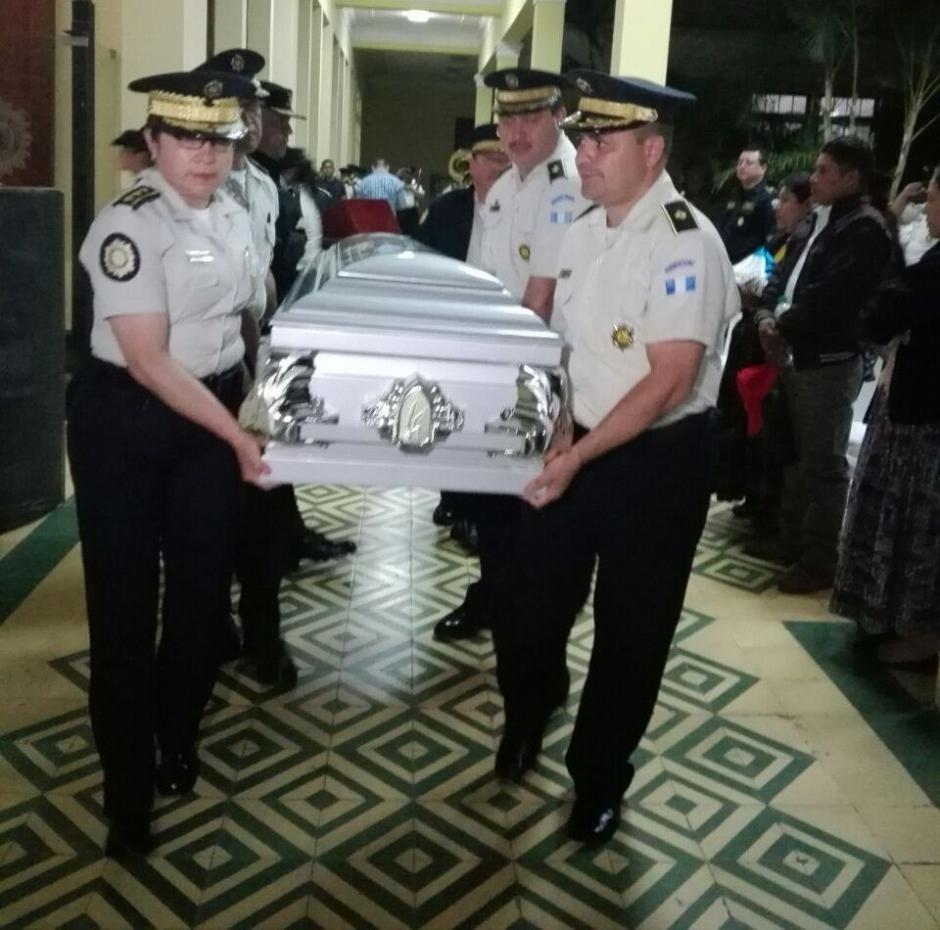 Mandos de la PNC despidieron el cuerpo del agente Cuc Poc. (Foto: PNC)