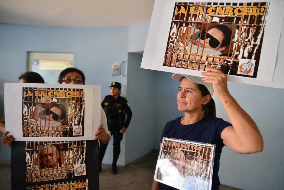 En el Centro Médico, donde se mantuvo recluída Roxana Baldetti, varias personas pidieron cárcel para ella y Pérez Molina. (Foto: Wilder López/Soy502)