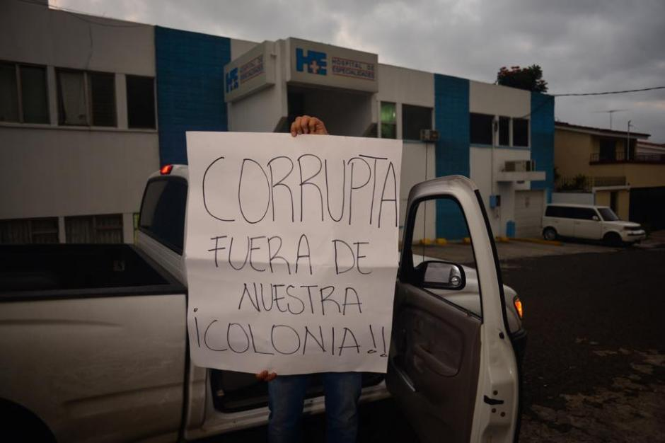 Vecinos de la colonia donde se ubica el Hospital protestan ante la llegada de Roxana Baldetti. (Foto: Jesús Alfonso/Soy502)