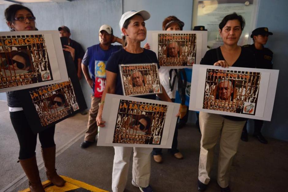 A las afueras del Centro Médico también habían muchas personas con pancartas exigiendo cárcel para Roxana Baldetti. (Foto: Wilder López/Soy502)
