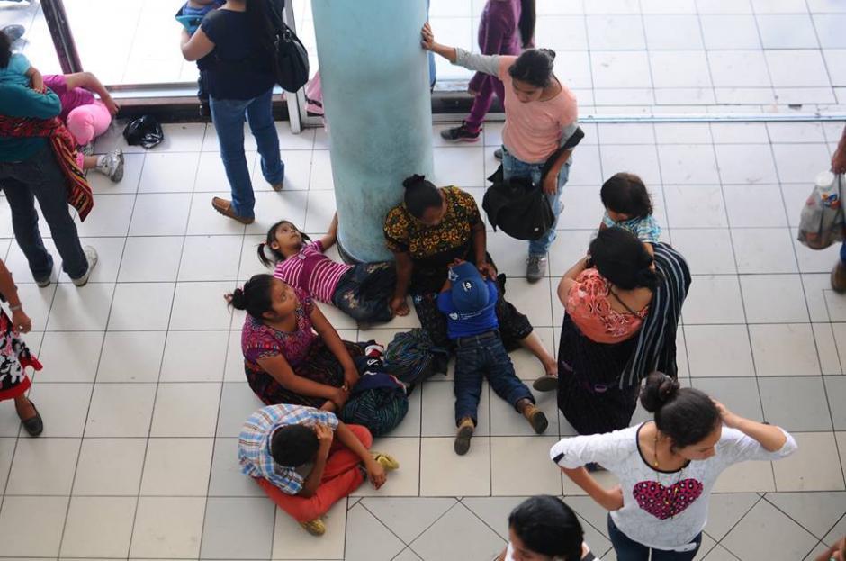 Los pacientes esperan en el suelo mientras son atendidos. (Foto: Alejandro Balán/Soy502)