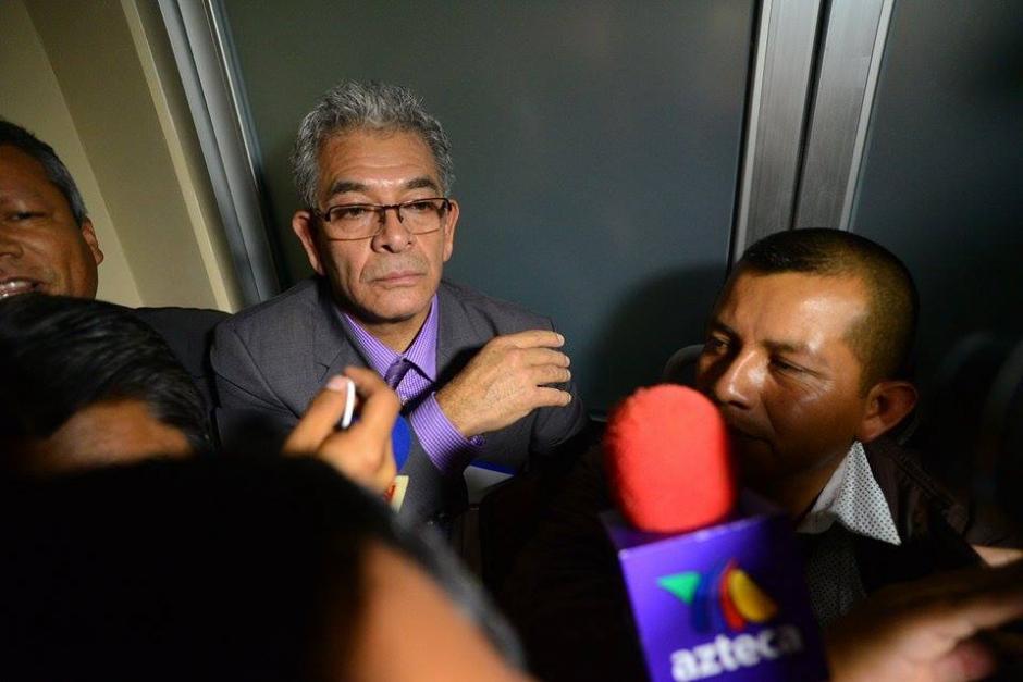 El juez Miguel Ángel Gálvez acudió al lugar para indicar a Baldetti los motivos de su detención. (Foto: Wilder López/Soy502)