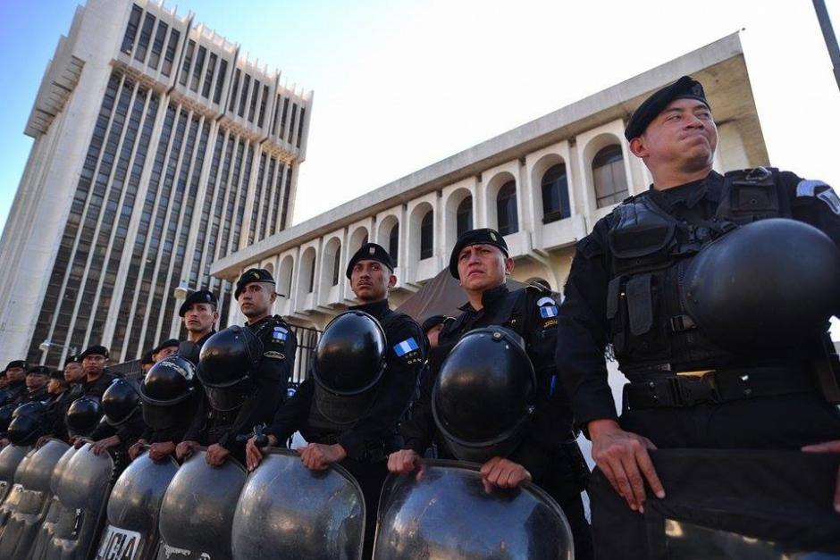 En la Torre de Tribunales un fuerte dispositivo de seguridad fue desplegado a la espera de Roxana Baldetti. (Foto: Wilder López/Soy502)