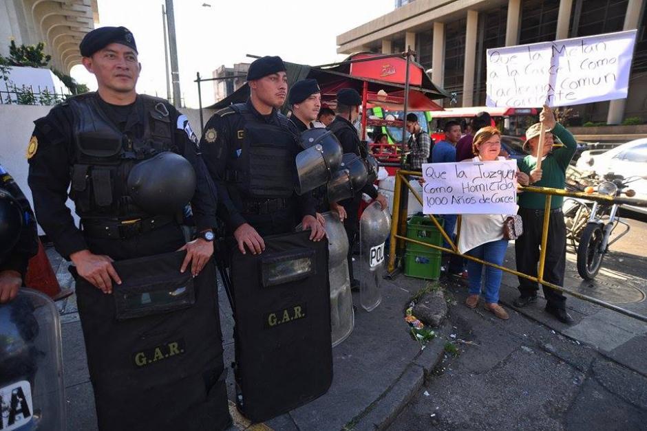 Un grupo de personas llegó a Torre de Tribunales para pedir que Baldetti sea ligada a proceso y remitida a prisión. (Foto: Wilder López/Soy502)
