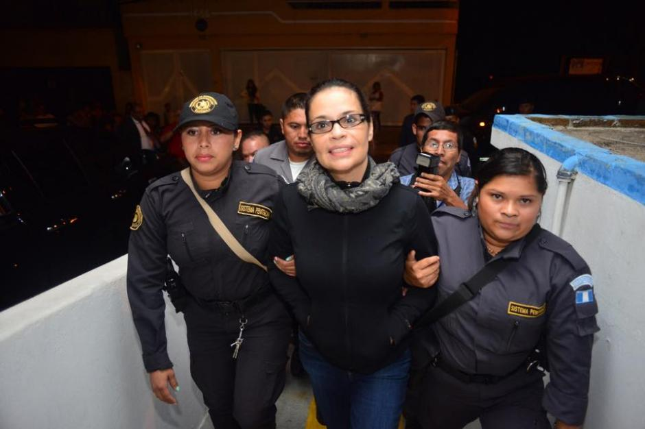 Roxana Baldetti llegó al hospital de la zona 4 de Mixco escoltada por agentes del Sistema Penitenciario. (Foto: Jesús Alfonso/Soy502)