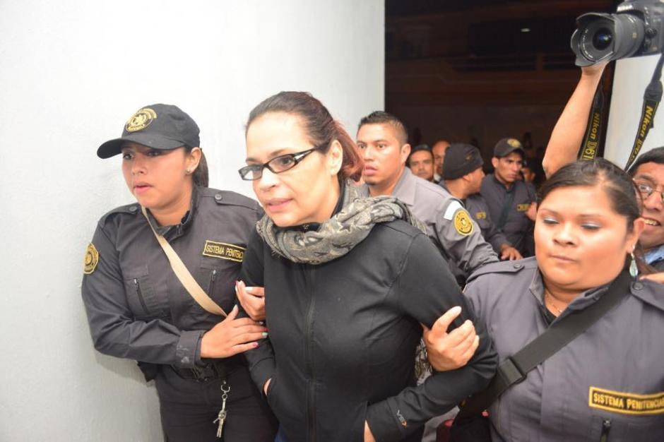 Baldetti llegó sin grilletes al hospital donde permanecerá internada hasta que sea necesario.  (Foto: Jesús Alfonso/Soy502)