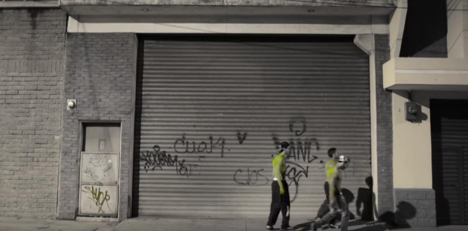 Tres amigos pasean por la ciudad en busca de ellos mismos, según el video de la canción. (Foto: Youtube)