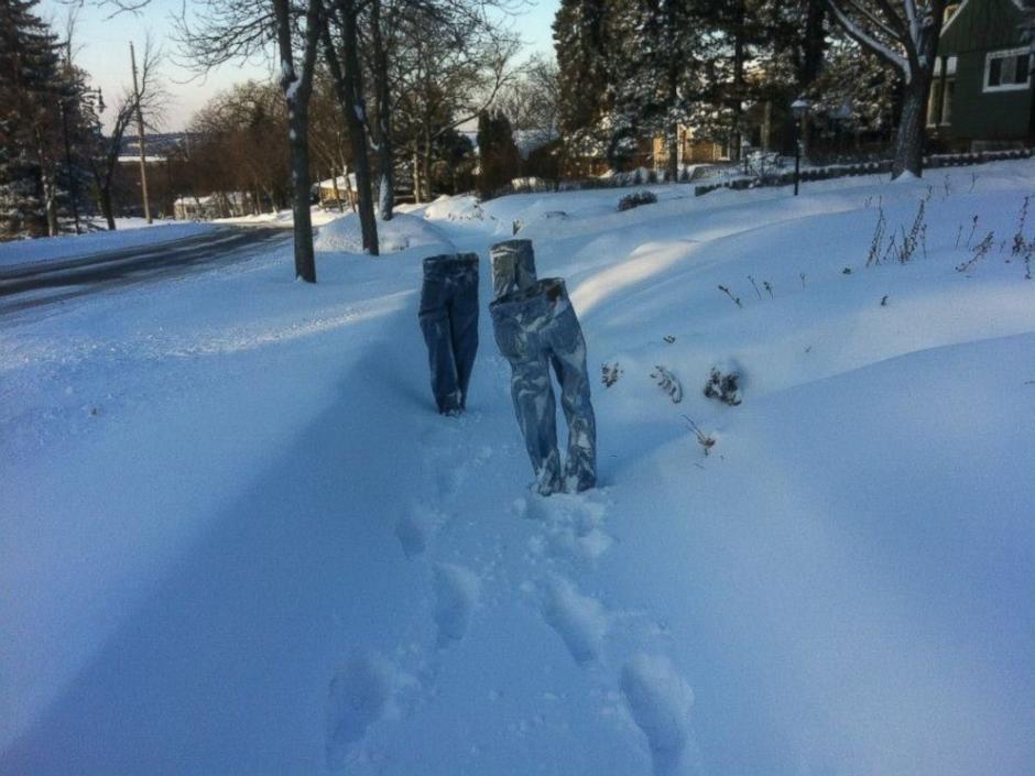 Debido a las temperaturas los pantalones pueden permanecer congelados de pie. (Foto: Twitter)