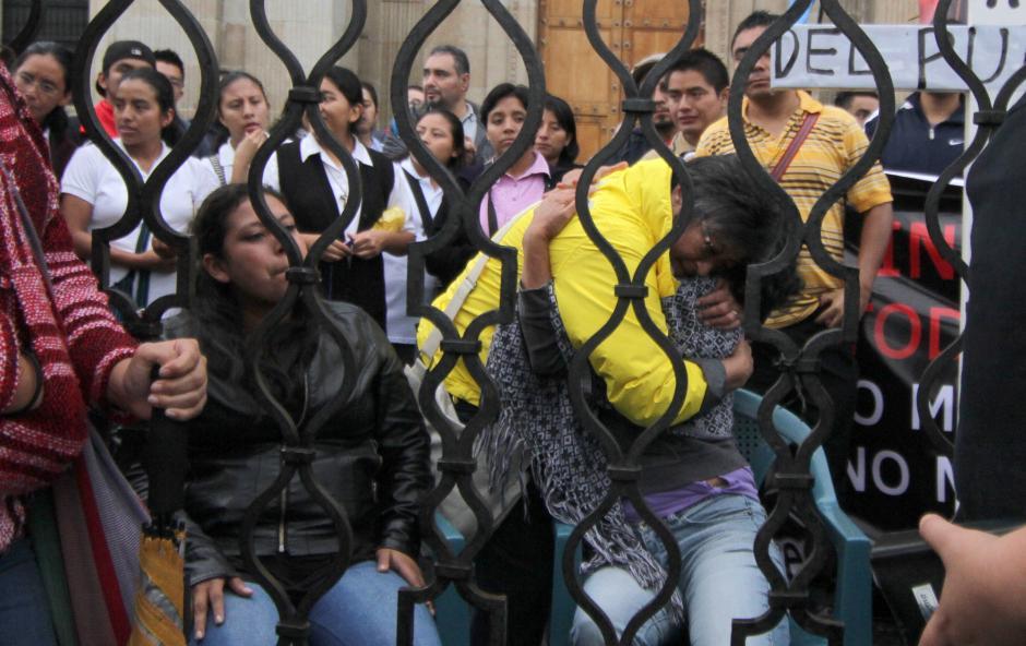 Helen Mack Chang, se funde en un abrazo con Brenda Hernández y Gabriela Flores, dos guatemaltecas que se declararon en huelga de hambre. (Foto: Luis Barrios/Soy502)
