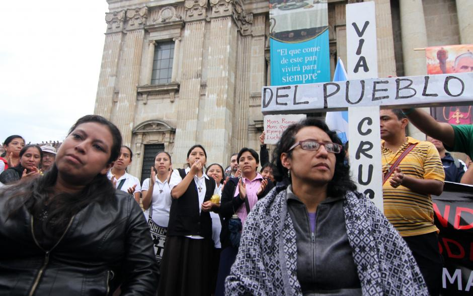 Gabriela Flores y Brenda Hernández, dos guatemaltecas que se declararon en huelga de hambre en el atrio de la catedral metropolitana. (Foto: Luis Barrios/Soy502)