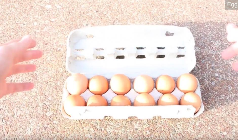 Los huevos listos para ser preparados. (Captura de pantalla: YouTube/HowToBasic)
