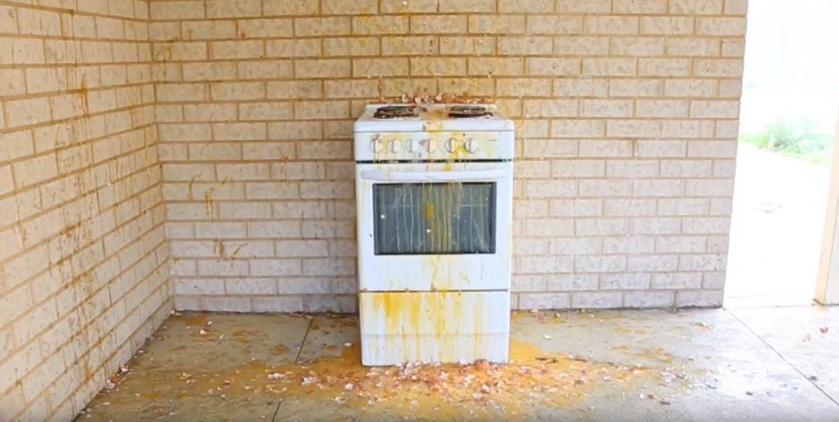 Un huevo se puede preparar en cualquier lugar. (Captura de pantalla: YouTube/HowToBasic)