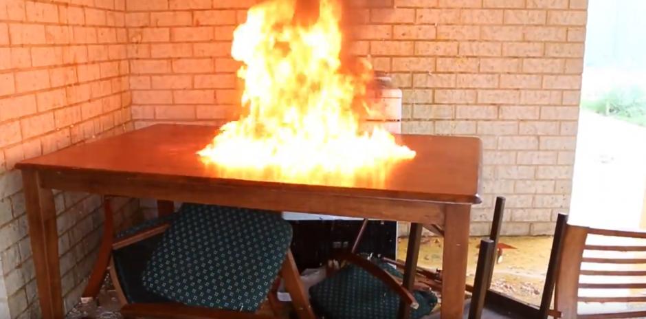 El autor del video tiene un momento de locura y quema todo a su paso. (Captura de pantalla: YouTube/HowToBasic)