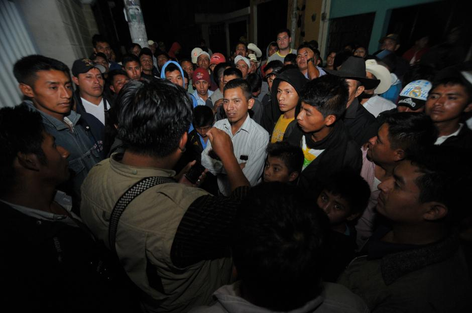 Hugo Tul, de espaldas y uno de los líderes del partido Todos en la comunidad habla con los vecinos. (Foto: Byron de la Cruz/Soy502)