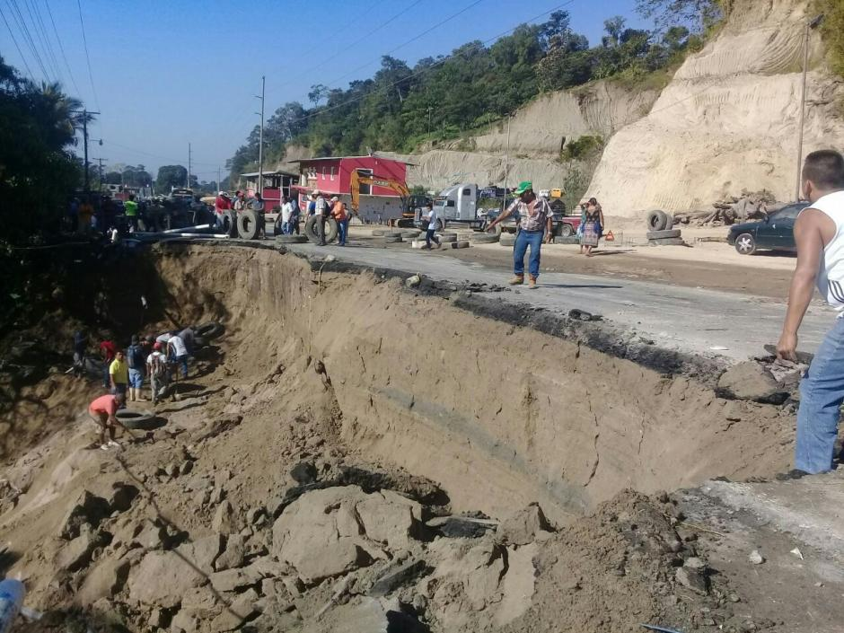 Un tramo carretero colapsó entre Retalhuleu y Quetzaltenango, según informaron las autoridades. (Foto: Conred)