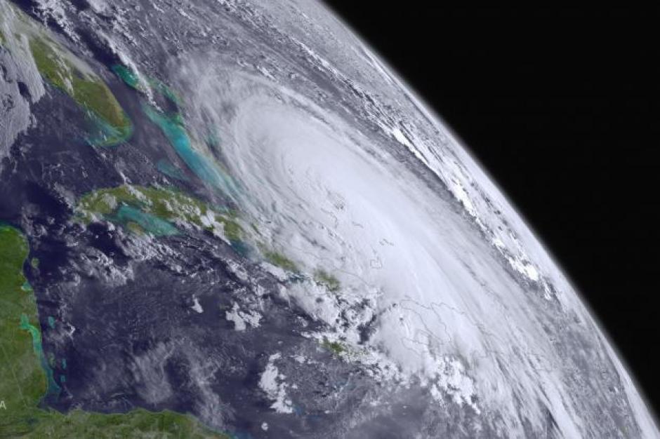 Una imagen de Administración Nacional Oceánica y Atmosférica (NOAA) muestra la agitación del huracán en el Atlántico.(Foto: noticias.univision.com)