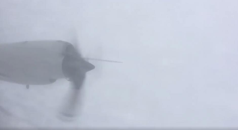 El piloto del avión captó uno de los motores de la aeronave en el ojo del huracán Matthew. (Imagen: Captura de pantalla)