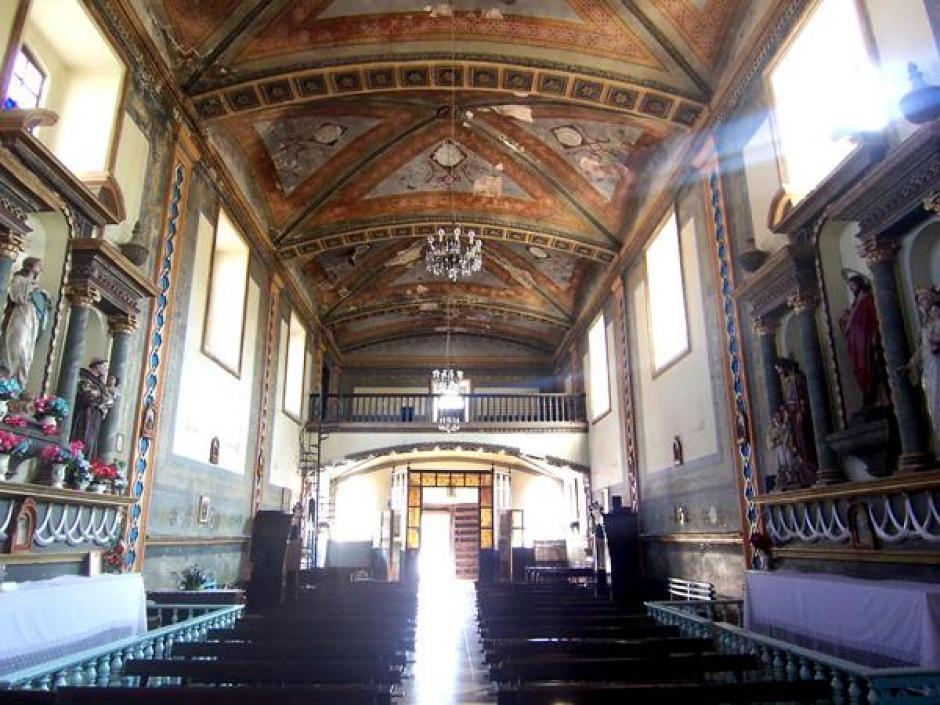 Interior de la capilla donde será el acto religioso de los XV años de Rubí. (Foto: Infobae)