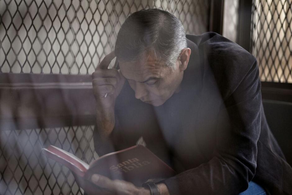 Juan de Dios Rodríguez, expresidente del IGSS, lee la Biblia previo a iniciar el juicio en su contra. (Foto: Wilder López/Soy502)