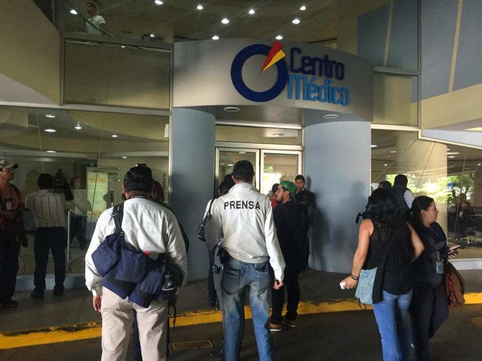 Todos los medios de comunicación transmiten en directo desde las afueras del Centro Médico. (Foto: Jesús Alfonso/ Soy502)