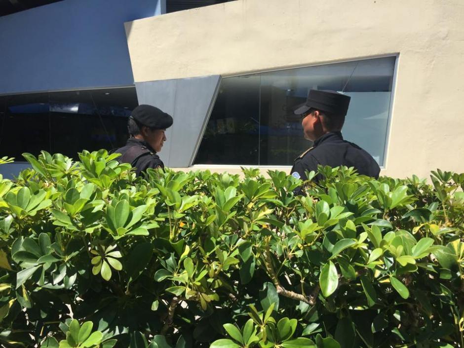 Agentes de la PNC custodia las afueras del Centro Médico. (Foto: Jesús Alfonso/Soy502)