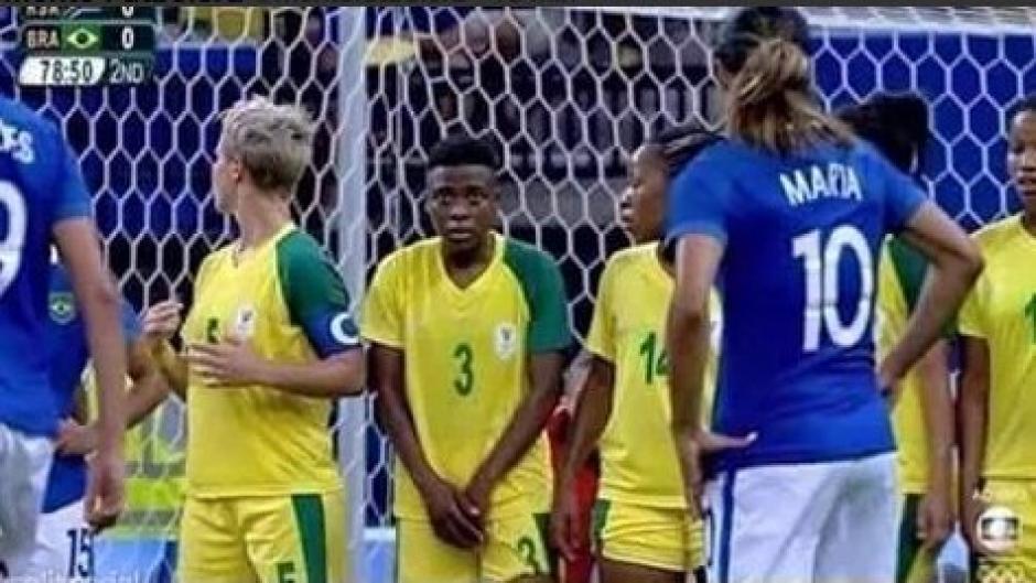Antes del tiro libre, la jugadora sudafricana se cubre sus partes bajas, contrario a sus demás compañeras. (Foto: Captura de video)