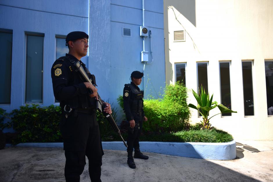 Agentes de la Policía Nacional Civil resguardan las afueras del Hospital Centro Médico. (Foto: Jesús Alfonso/Soy502)