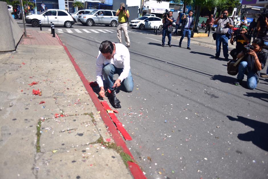 Ciudadanos acudieron a las afueras del Centro Médico para quemar cohetes, al hacerse oficial la captura de Roxana Baldetti. (Foto: Jesús Alfonso/Soy502)