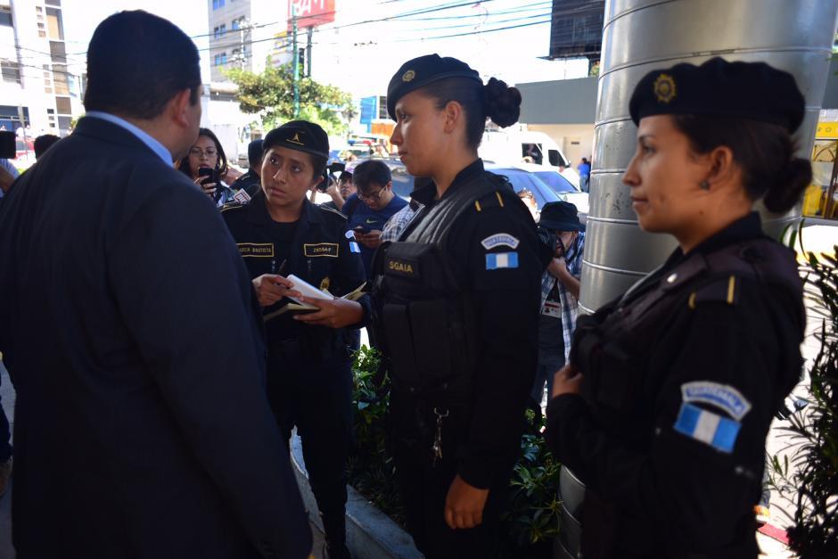Agentes mujeres de la PNC se encargarán de custodiar directamente a Roxana Baldetti, tras la captura de la ex vicepresidenta. (Foto: Jesús Alfonso/ Soy502)