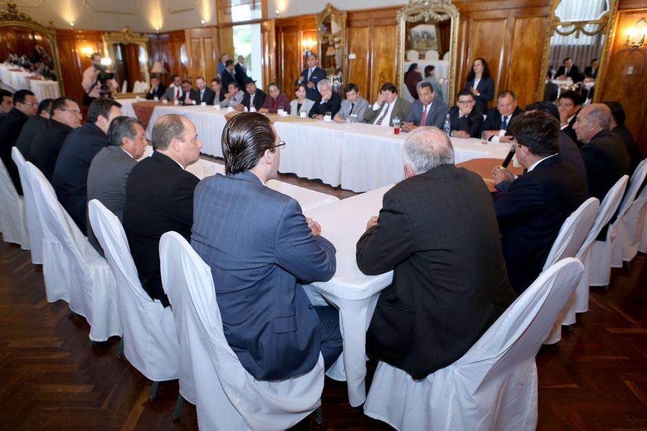 Los jefes de bloque y la Junta Directiva del Congreso discutieron con el Presidente Jimmy Morales las presiones de algunos legisladores a funcionarios del Ejecutivo. (Foto: Gobierno de Guatemala)