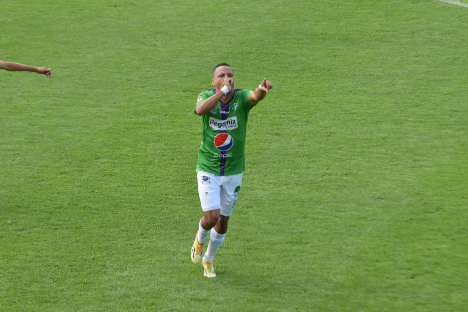 El hondureño nacionalizado Óscar Isaula celebra el 1-0 ante Guastatoya. (Foto: Nuestro Diario)