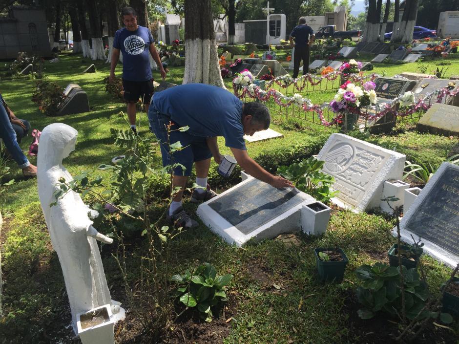 Los deudos rinden tributo a sus seres queridos fallecidos adornando y pintando sus tumbas. (Foto: Allan Lima/Nuestro Diario)
