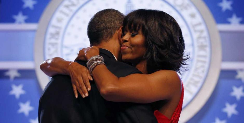 Barack y Michelle Obama se abrazaron durante el primer baile presidencial. (Foto: Eltiempo.com)