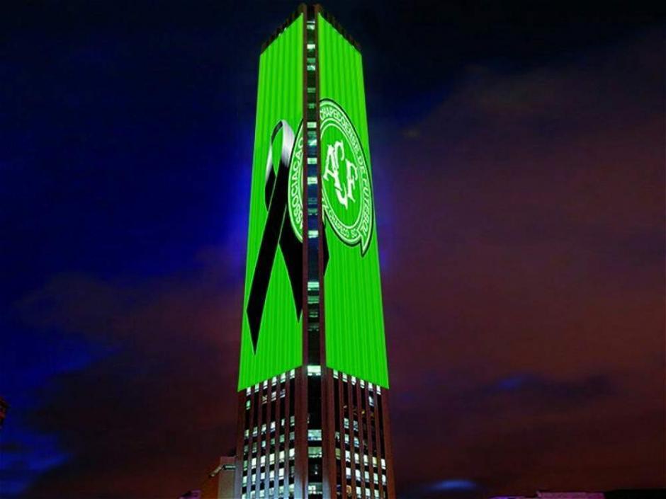 La torre Colpatria en Bogotá también se iluminó de verde. (Foto: Twitter)