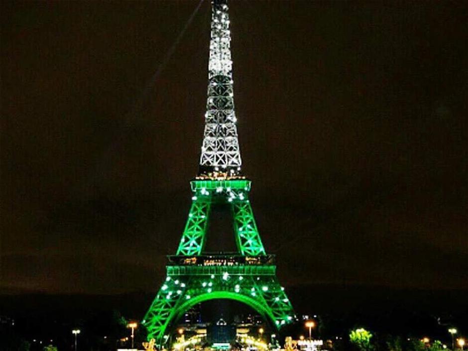 La torre Eiffel se iluminó de verde en homenaje al club Chapecoense. (Foto: Twitter)
