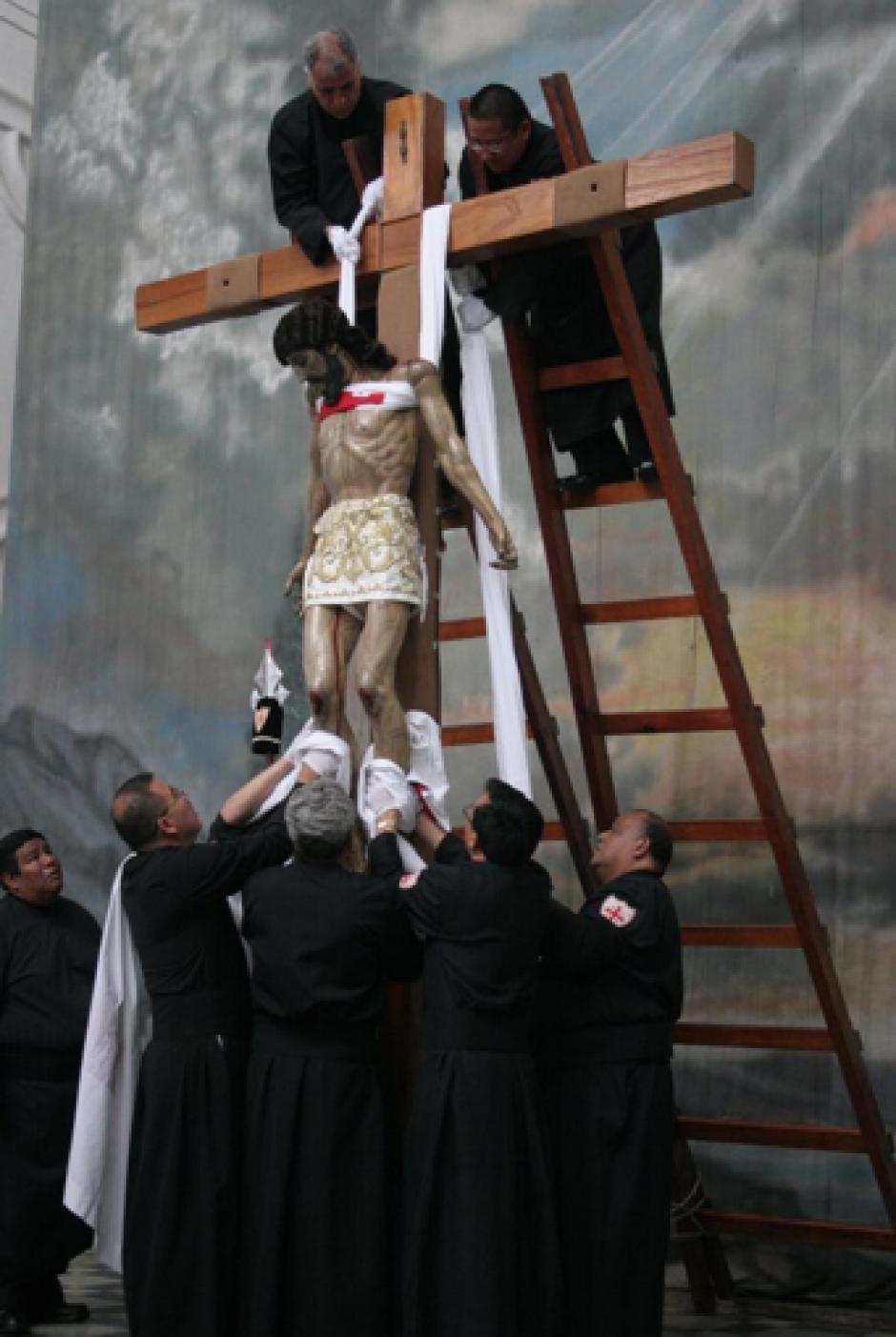 A las once de la mañana se realizó esta representación de la Crucifixión. (Foto: Raúl Illescas)