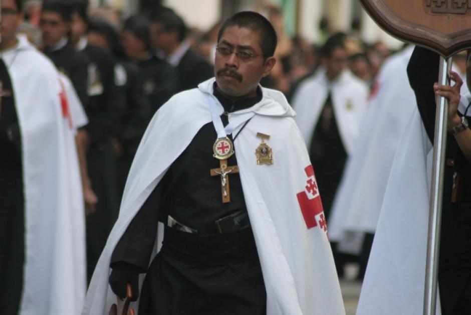 Las túnicas moradas y paletinas blancas, se cambiaron hoy por el color negro y el silencio. (Foto: Raúl Illescas)