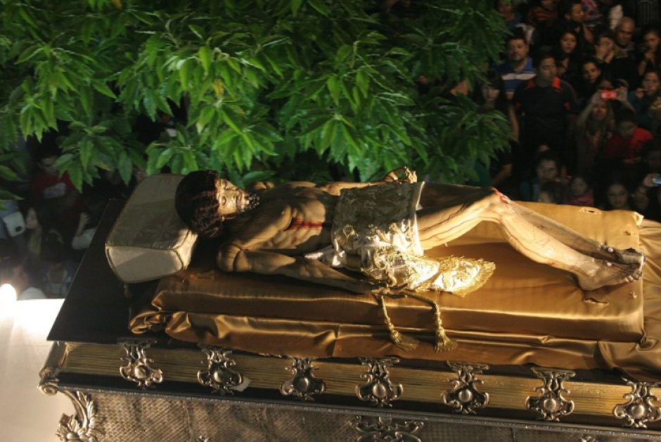 Recostada en un anda de 140 brazos (21 metros de largo) la imagen de Jesús, representado ya varias horas después de haber fallecido, se abre paso hacia sus fieles. (Foto: Raúl Illescas)