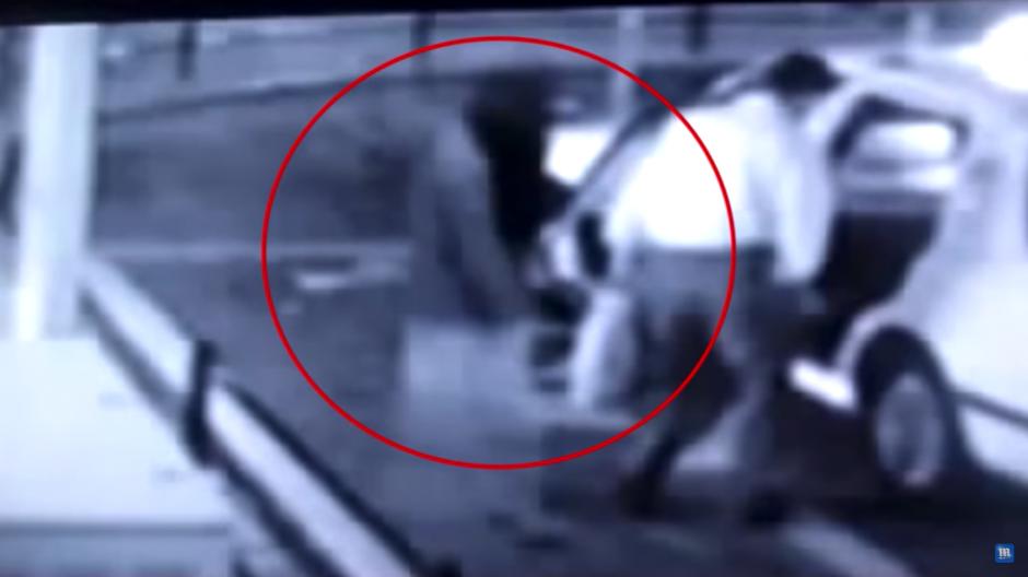 La sombra de una mujer aparece en las imágenes del video. (Foto: Tomado de YouTube)