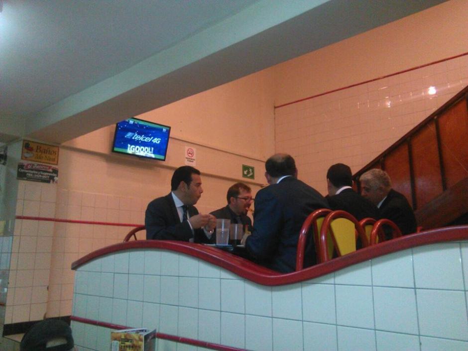 El presidente Jimmy Morales acudió a un restaurante para cenar pizza. (Foto: Facebook/AlMacarone)