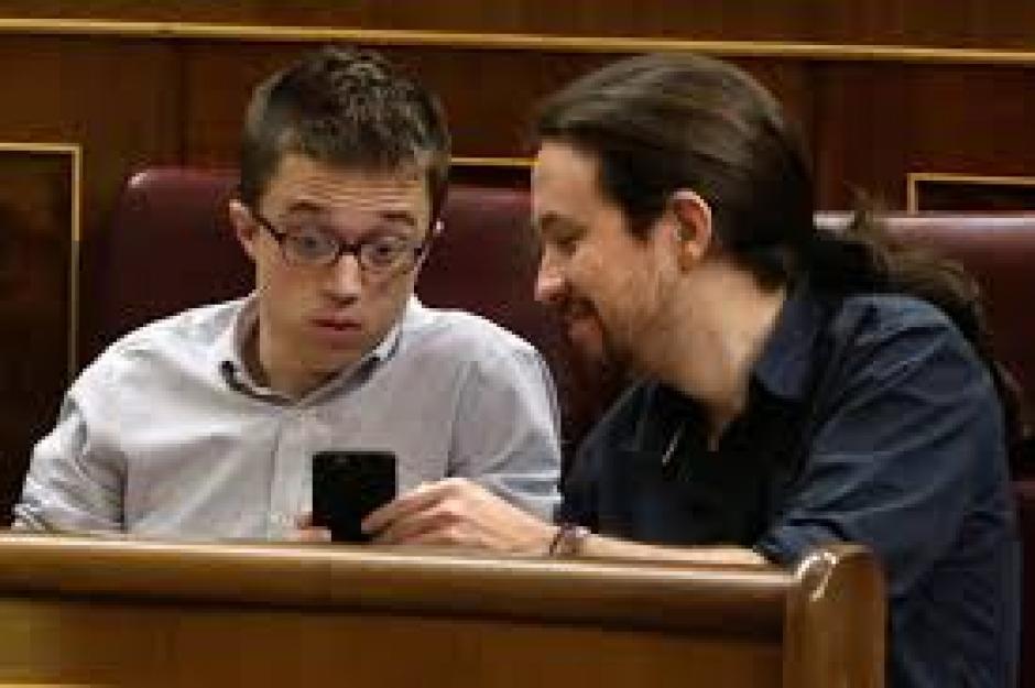 Los feligreses no llevan bíblia y usan sus télefonos y tabletas para leer la palabra de Dios. (Vous Church)