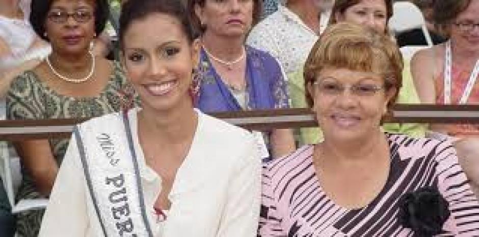 Alba Reyes junto a su madre Elena Santos quien fue asesinada hace unos días. (Foto: Nuevo Día)