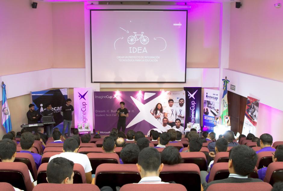 La premiación se llevo a cabo frente a decenas de estudiantes en Intecap. (Foto: Eddie Lara/Soy502)